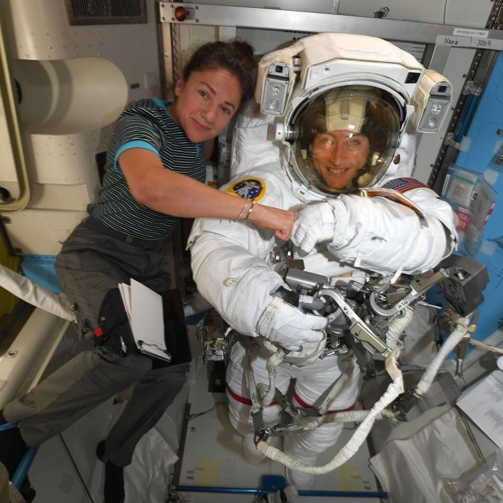Zdaj je (menda) vse pripravljeno na prvi vesoljski sprehod dveh žensk