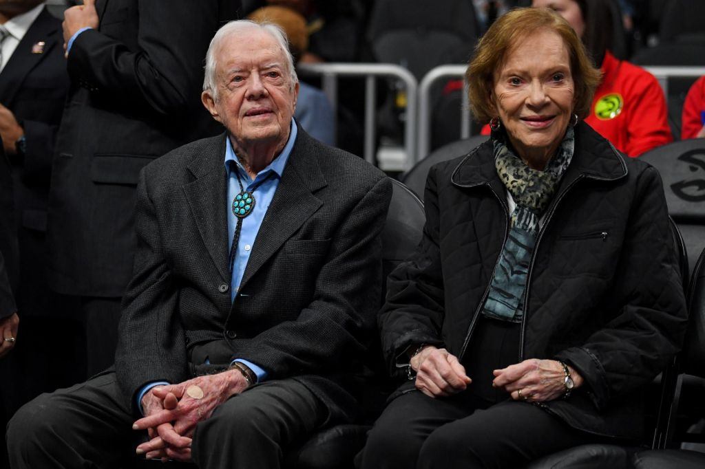 Jimmy Carter kljub 14 šivom in oteklemu očesu spet poprijel za orodje