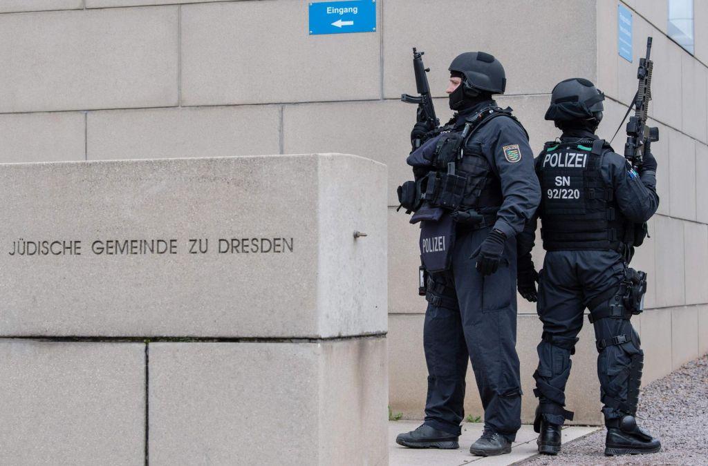 FOTO:V streljanju pred sinagogo v Halleju dve smrtni žrtvi in dva huje ranjena