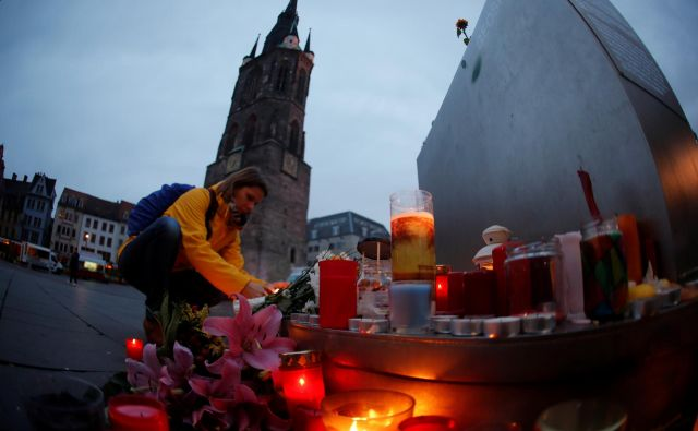 Ljudje so se v Halleju po napadu odzvali s polaganjem sveč in cvetja na osrednji trg. FOTO: Fabrizio Bensch/Reuters