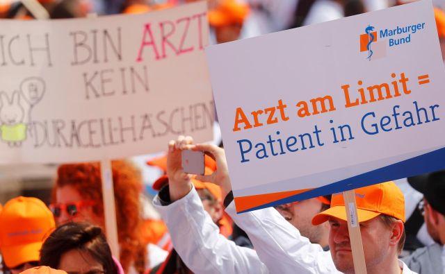 Letos spomladi so nemški zdravniki v Frankfurtu na protestih zahtevali višje plače. FOTO: Reuters