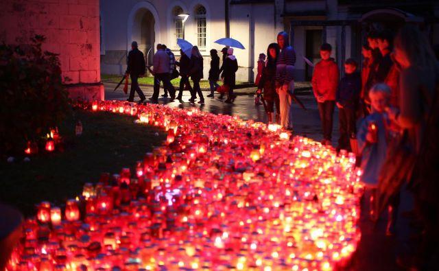 Pozivi, da prižigamo manj sveč, po vsem sodeč delujejo, saj je odpadnih sveč manj. Med njimi je vedno več manj škodljivih elektronskih sveč. FOTO: Jure Eržen/Delo