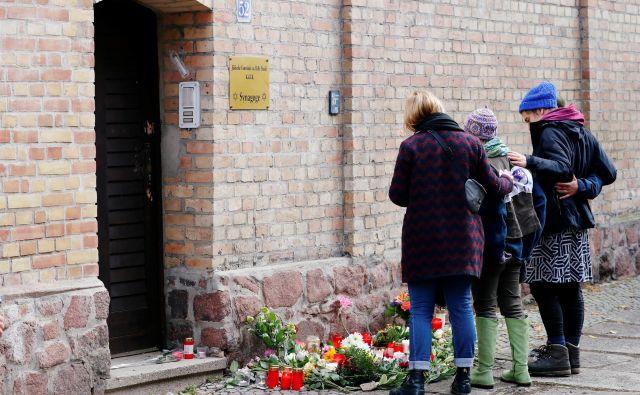 V Nemčiji se nadaljuje preiskava sredinih napadov v mestu Halle, v katerih sta bila ubita dva človeka. FOTO: Reuters