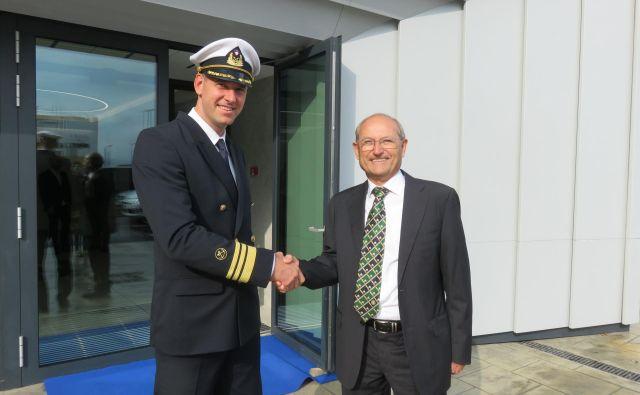 Jadran Klinec, ki vodi pomorsko upravo, in Maurizio Rondoni, predstavnik podjetja Elman SRL, ki bo opremilo nov nadzorni center. Foto Nataša Čepar
