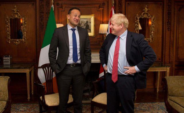 Irski premier Leo Varadkar in britanski kolega Boris Johnson med njunim današnjim srečanjem v Cheshiru na severozahodu Anglije. FOTO: Noel Mullen/Afp