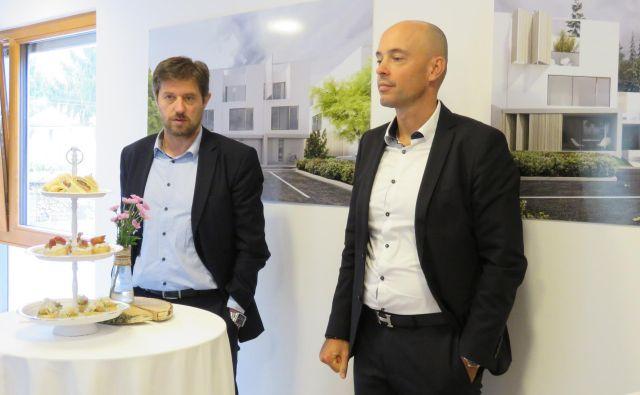 Z leve: direktor podjetja Marles hiše Maribor Bogdan Božac in zastopnik SH Global Skupine Tomaž Polak FOTO: Eva Milošič.