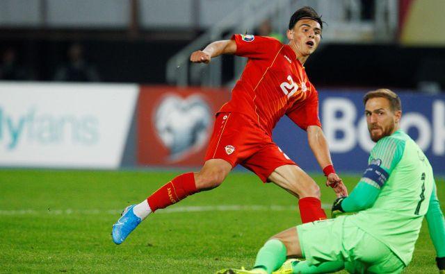 Odločilni trenutek tekme: takole je makedonski Turek Eljif Elmas matiral Jana Oblaka za prednost gostiteljev z 1:0. FOTO: Reuters