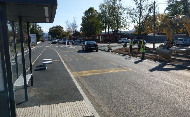 Avtobusno postajališče, pločnik in kolesarska steza pri kitajski restavraciji so urejeni, asfaltirati je treba še nekaj deset metrov pločnika in kolesarske steze. Foto Aleš Stergar