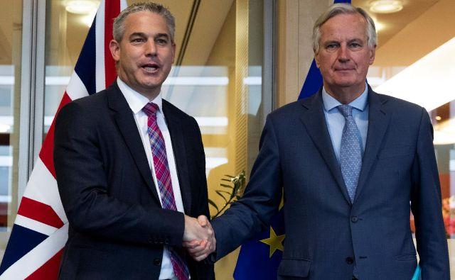 Upanje na pozitivne premike so povečali pogovori glavnega pogajalca EU Michela Barnierja (desno) z britanskim sekretarjem za izstop iz Unije Stevom Barclayjem. Foto Reuters
