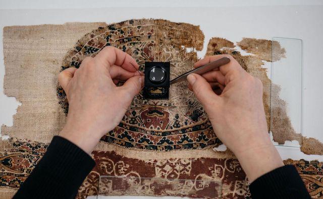 Koptske tkanine iz zbirke Narodnega muzeja Slovenije so konservirali v konservatorsko-restavratorski delavnici za tekstil Pokrajinskega muzeja Ptuj-Ormož. Foto Blaž Gutman