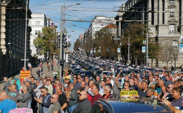 V ponedeljek bodo taksisti zaporo razširili in protest podaljšali za dve uri, kar bo povečalo gnečo na mostovih. Foto: Milena Zupanič