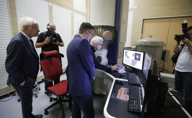 Delo je septembra in oktobra objavljena dva članka o krioelektronskem mikroskopu, ki ga je nabavil Kemijski inštitut. Prav je, da se ob tem spomnimo dr. Aleša Strojnika, Foto Leon Vidic