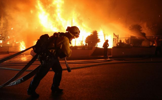 Požar v Porter Ranchu na obrobju Los Angelesa. FOTO: Mario Tama/AFP