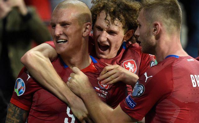 Češki reprezentančni debitant Zdenek Ondrašek (Levo) je končal kar 43 tekem dolg niz brez poraza Anglije v kvalifikacijah za EP ali SP. FOTO: AFP