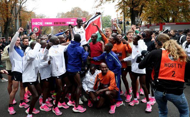 Eliud Kipchoge je pobral smetano, a za tek pod dvema urama je zaslužna celotna njegova ekipa. FOTO: Reuters