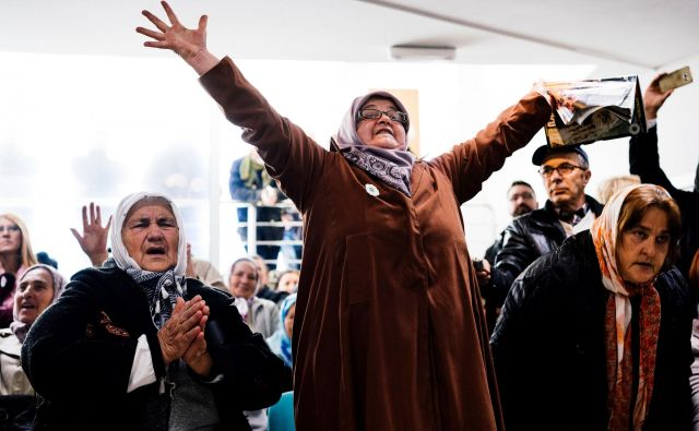 Matere Srebrenice po obsodbi Ratka Mladića, ki ga je haaško sodišče označilo za bosanskega klavca, za najtežje vojne zločine in genocid. FOTO: Dimitar Dilkoff/AFP