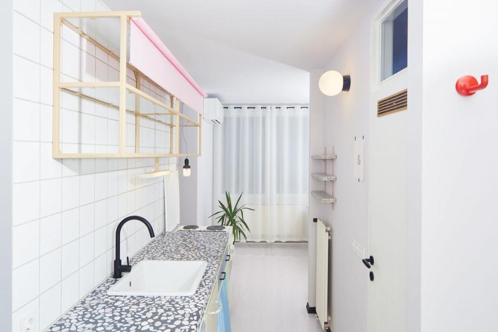 FOTO:Stanovanje za moškega: s plastični jaški, poslikavami in neonom