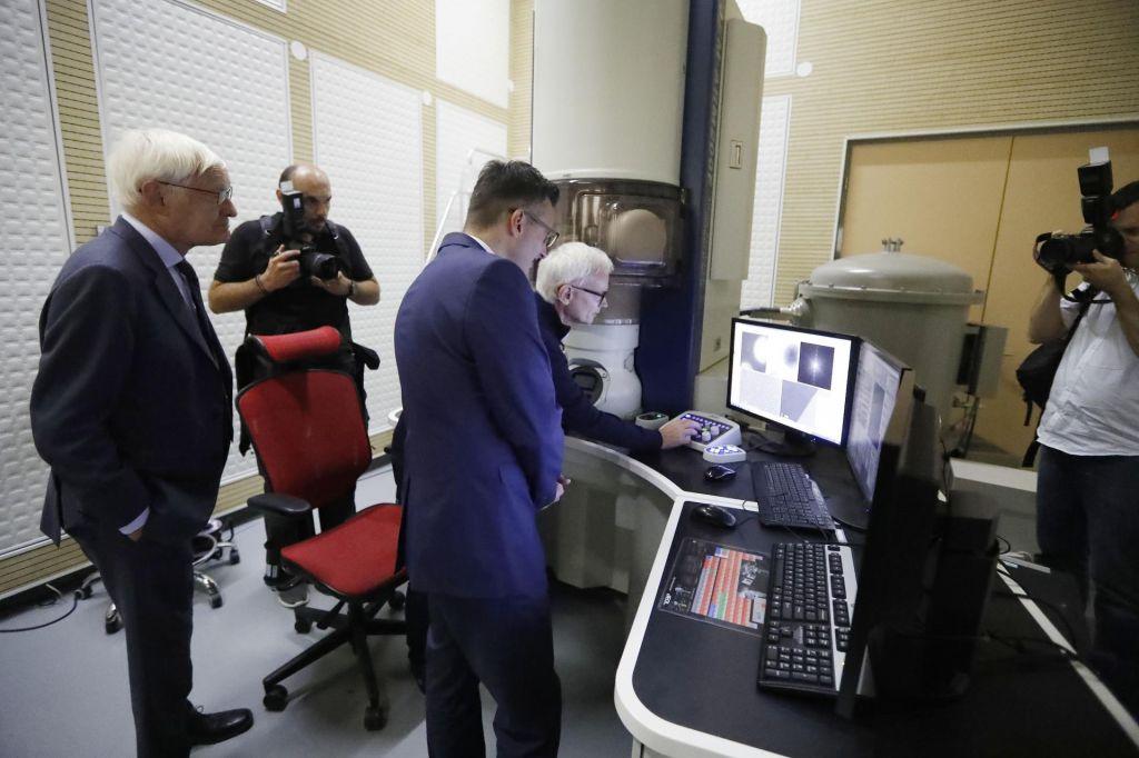 Dr. Aleš strojnik in elektronski mikroskop