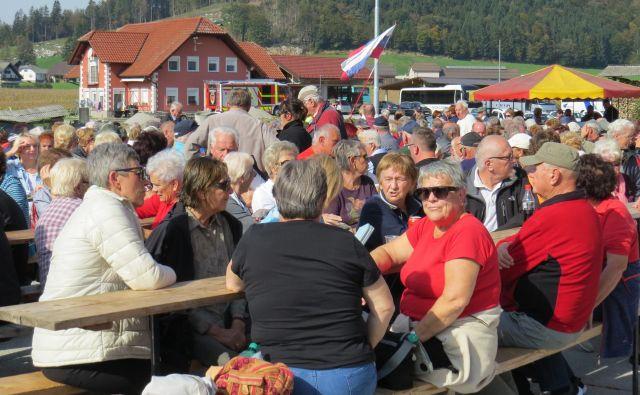 Velika množica ljudi se je danes udeležila spominske slovesnosti v Dobrniču. FOTO: Bojan Rajšek/Delo