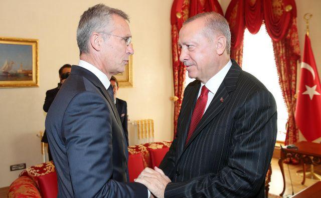 Generalni sekretar Nata Jens Stoltenberg je prejšnji teden v Istanbulu opozoril na nevarnost nadaljnjega zaostrovanja v regiji in še več trpljenja ljudi. Foto: Reuters