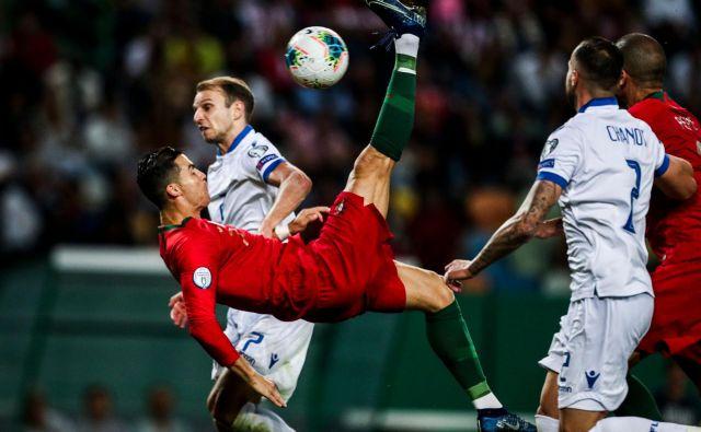 Cristiano Ronaldo je v dresu portugalske reprezentance na kvalifikacijski tekmi za EP proti Luksenburgu prišel do izjemnega mejnika: dosegel je svoj 700. gol v karieri.Dan po tem izjemnem mejniku se je oglasil tudi predsednik Sportinga, kjer je Ronaldo sploh začel svojo profesionalno pot. Frederico Varandas je narmeč razkril, da obstaja velika verjetnost, da bodo stadion Sportinga preimenovali in ga poimenovali po Cristianu Ronaldu. FOTO: Carlos Costa/AFP