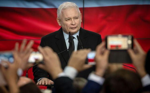 Ljudstvu se je Kaczyński priljubil zaradi širokogrudnih socialnih programov, otroških dodatkov, večanja minimalnih plač, dviganja standarda upokojencev, ki jim zdaj obljubljajo tudi 13. in celo 14. pokojnino.Foto: Wojtek Radwanski/Afp