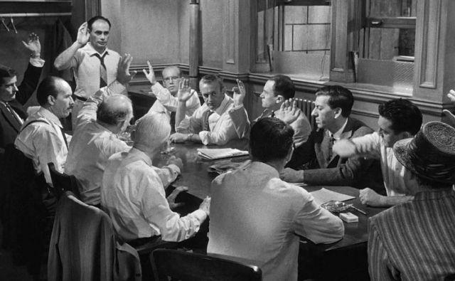 V prvencu režiserja Sidneyja Lumeta <em>Dvanajst jeznih mož</em> iz leta 1957 morajo porotniki na vroč poletni dan presoditi o krivdi ali nedolžnosti fanta, obtoženega, da je do smrti zabodel očeta. Lahko en sam med njimi druge prepriča, da ga bodo spoznali za nedolžnega? Foto: Press release