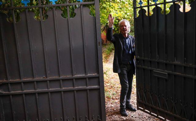 Pisatelja so reporterji ujeli na njegovem domu v predmestju Pariza. Ob novici, da je prejel Nobelovo nagrado, je dejal, da gre za pogumno potezo in da so člani akademije »dobri ljudje«. FOTO: Reuters