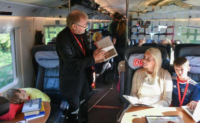 Norveška kronska princesa Mette-Marit s pisateljem Josteinom Gaarderjem, avtorjem globalne uspešnice Zofijin svet, na vlaku literature. Foto AFP