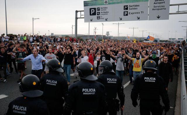 Protestniki so po razglasitvi sodbe madridskega sodišča med drugim zablokirali avtocesto do barcelonskega letališča El Prat. FOTO: Pau Barrena/AFP