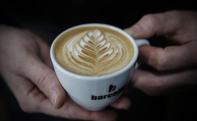 Včasih je dovolj, da pozdravimo, se nasmehnemo in rečemo hvala, ko nam prijazni natakar postreže s kavo. Foto Uroš Hočevar