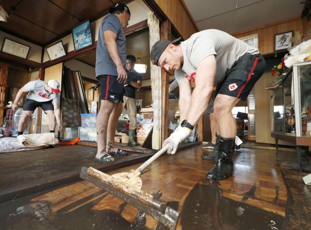 FOTO:Tudi ragbisti odpravljajo škodo