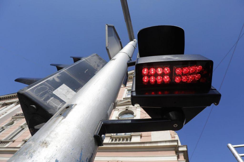 Semafor za pešce in kolesarje, ki gledajo v telefone namesto na cesto