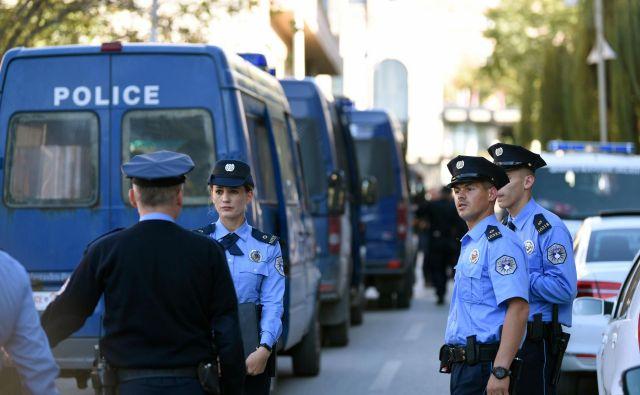 Kosovska policija je zavarovala lokacijo, kjer so uradniki državne volilne komisje po odprtju volilnih skrinjic iz Srbije prijavili zdravstvene težave. FOTO: Armend Nimani/AFP