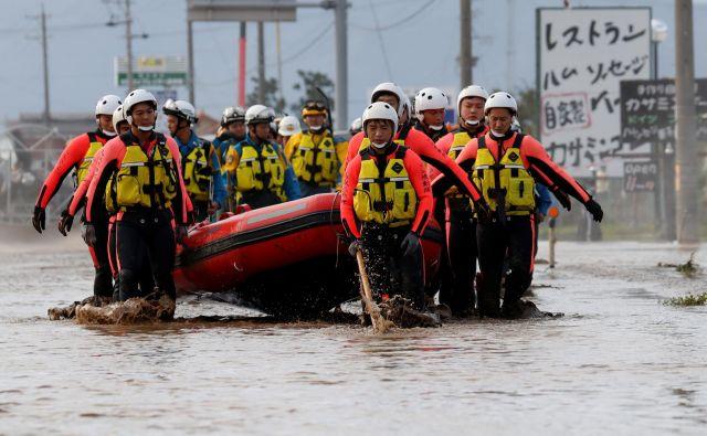 Reševalci na območju, ki ga je poplavila reka Chikuma v prefekturi Nagano. FOTO: Kim Kjung Hun/Reuters