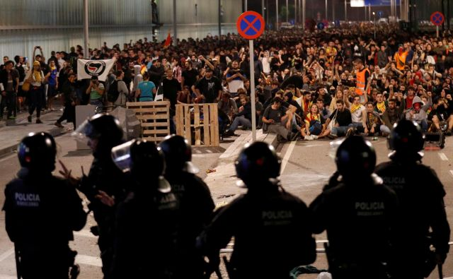 Protestniki so policiste obmetavali s kamni in drugimi predmeti, lotili s se jih z vodo iz cevi za gašenje požarov, policija pa je uporabila penaste naboje in gumijevke. FOTO: Albert Gea/Reuters