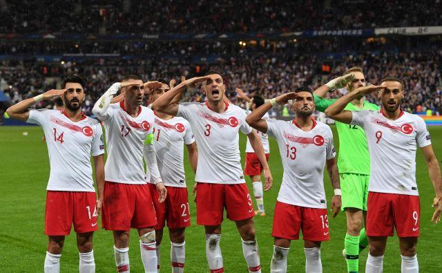 Vojaški pozdrav turških reprezentantov ob koncu tekme proti Franciji. FOTO: Alain Jocard/AFP