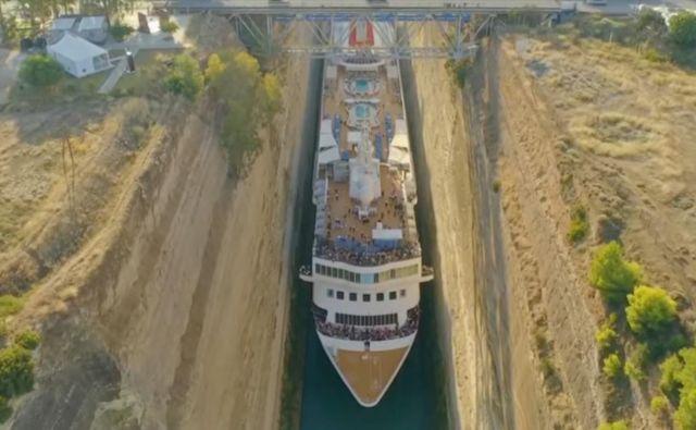 Med potjo križarke, ki jo je vlekel vlačilec, je bilo kdaj na obeh straneh ladje le po 0,7 metra prostora, so objavili pri podjetju Olsen Cruise Lines. FOTO: Youtube