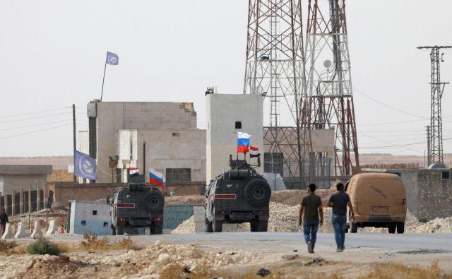 Danes so v središče Manbidža v spremstvu Rusov vstopile sirske vladne sile. FOTO: Omar Sanadiki/Reuters