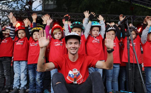 Slovenskemu športnemu prvaku so otroci iz vrtca zapeli <em>Kekčevo pesem</em>.FOTO: Jože Suhadolnik