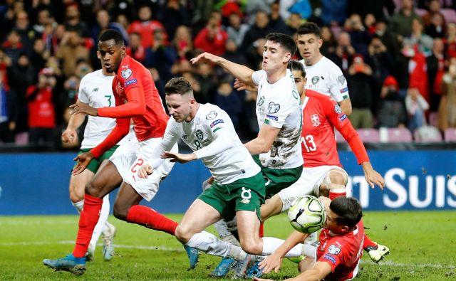 Razburljiv dvoboj v Ženevi je pripadel Švici, s čimer se je praktično že uvrstila na evropsko prvenstvo. FOTO: Reuters