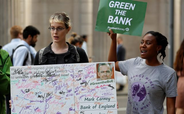Mladi imajo več znanja o tem, kako investirajo, od finančnih posrednikov pa zahtevajo tudi družbeno odgovornost. FOTO: Reuters