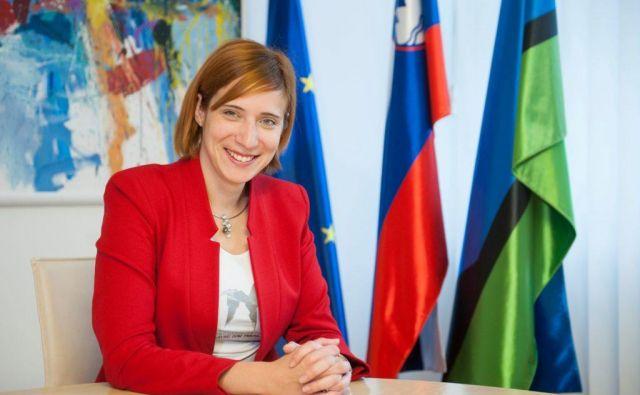 Trboveljska županja Jasna Gabrič je občinsko glasilo, v katerem je objavljen tudi tristranski intervju z njo, razposlala tudi v sosednje občine.<br /> Foto Arhiv občine
