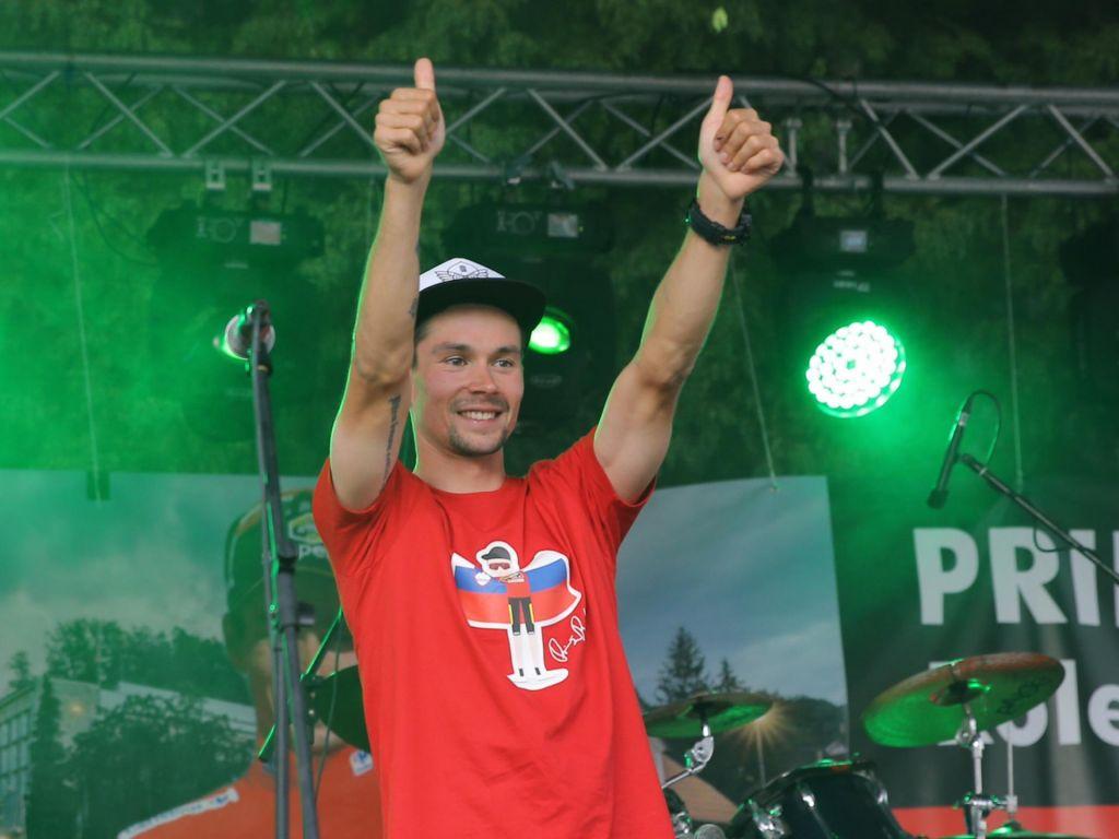 FOTO:Zagorje, odeto v rdečo barvo, sprejelo kolesarskega prvaka Rogliča
