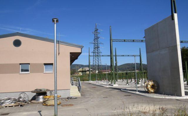 Še veliko dela čaka električarje, preden bo RTP v Ivančni Gorici povsem nared. FOTO: Bojan Rajšek/Delo
