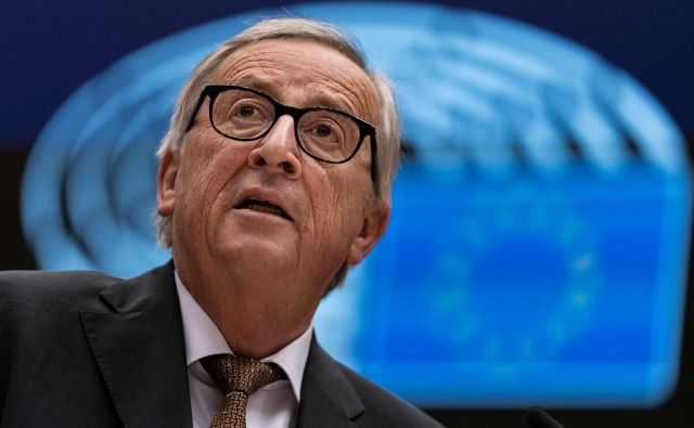 Jean-Claude Juncker bi moral končati delo v palači Berlaymont konec meseca, a zaradi zapletov z novimi komisarji bo še nekaj časa ostal na položaju. FOTO: Kenzo Tribouillard/AFP