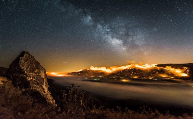 Time-lapse burning hillside with Milky way above.  Foto Jeff Frost