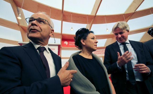 Predsednik nemškega Broznega združenja založnikov in knjigotržcev Heinrich Riethmueller, Nobelova nagrajenka Olga Tokarczuk in direktor frrankfurtskega knjižnega sejma Juergen Boos. Foto Reuters