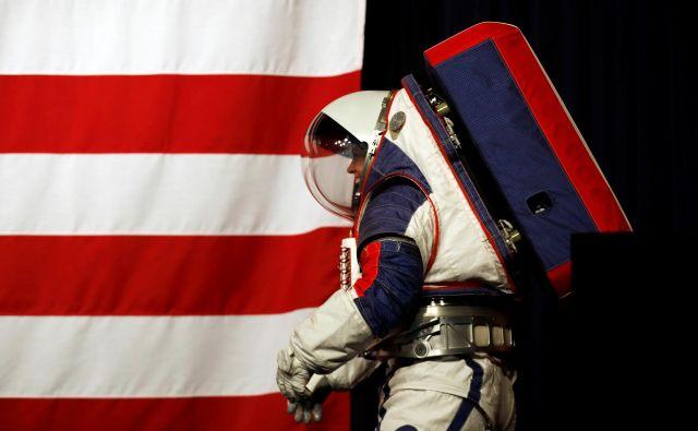 Kristine Davis v prototipu nove vesoljske obleke, primerne za na Luno. FOTO: Carlos Jasso/Reuters