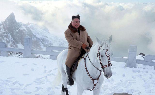 Severnokorejska agencija je izdala fotografije voditelja Kim Džong Una, kako se je s konjem povzpel na goro Paektu. FOTO: STR/KCNA/AFP